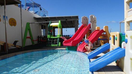 Menia Beach Hotel: swimming pool and children's playground
