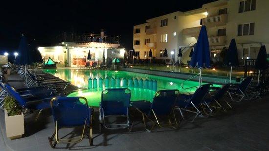 Menia Beach Hotel: pool in the evening