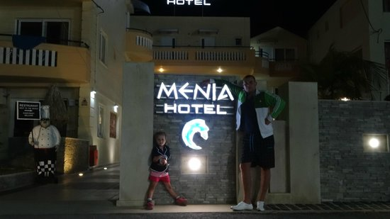 Menia Beach Hotel: front of the hotel