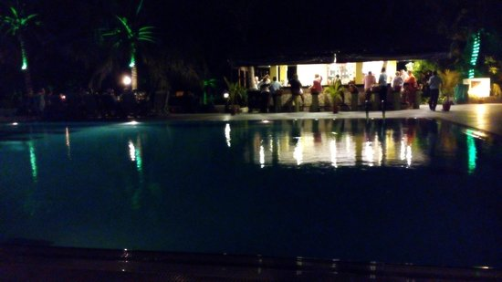 Hulhule Island Hotel: pool, dining & drinks!!