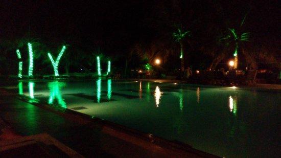 Hulhule Island Hotel : Pool side