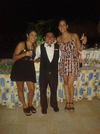Hotel Riu Lupita : con uno de los chicos del bar ,Artemio un groso