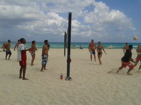 Hotel Riu Lupita : voley en el club de playa