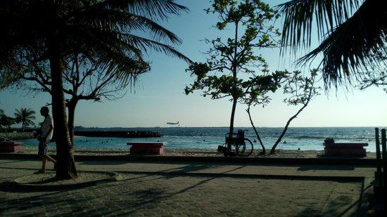 Hulhule Island Hotel: Beach view