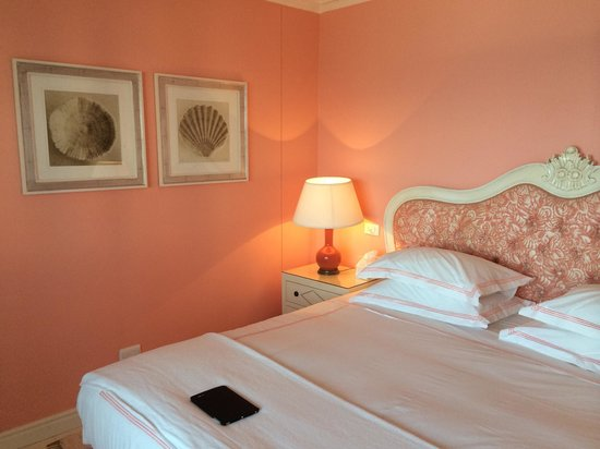 The Oyster Box: Room.  Pink walls. Not my favorite colour but stunning room nonetheless.