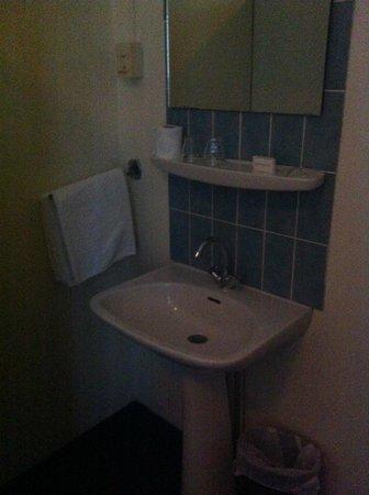 Hotel 83 Amsterdam: lavandino in camera