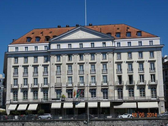 Four Seasons Hotel des Bergues Geneva : VIEW IN FRONT OF FOUR SEASONS HOTEL DES BERGUES, MAY 2014.