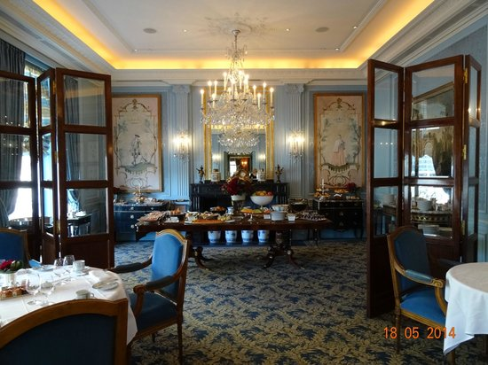 Four Seasons Hotel des Bergues Geneva : VIEW DURING BREAKFAST IN IL LAGO RESTAURANT OF FOUR SEASONS HOTEL DES BERGUES, MAY 2014.