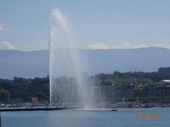 Four Seasons Hotel des Bergues Geneva: VIEW FROM OUR JUNIOR SUITE NUMBER 222 IN FOUR SEASONS HOTEL DES BERGUES, MAY 2014.