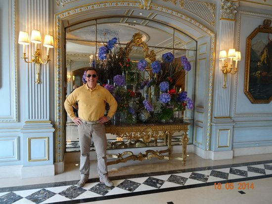 Four Seasons Hotel des Bergues Geneva: VIEW INSIDE MAIN HALL OF FOUR SEASONS HOTEL DES BERGUES, MAY 2014.