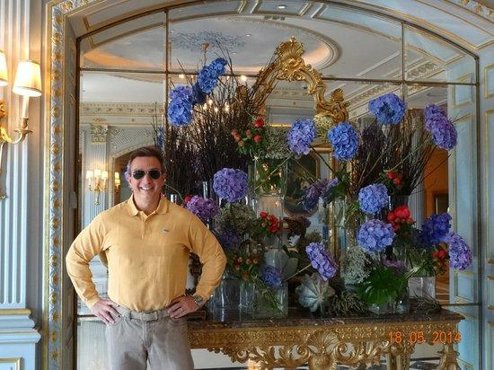 Four Seasons Hotel des Bergues Geneva : VIEW INSIDE MAIN HALL OF FOUR SEASONS HOTEL DES BERGUES, MAY 2014.