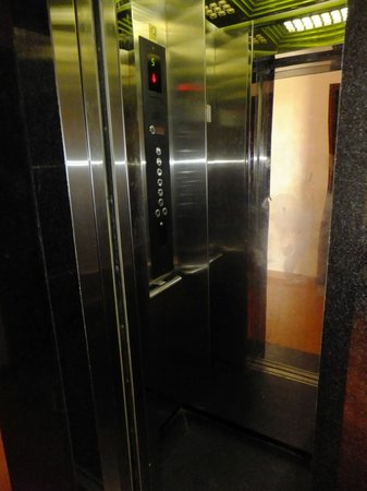 Holiday Diamond Hotel : A very small but welcome elevator