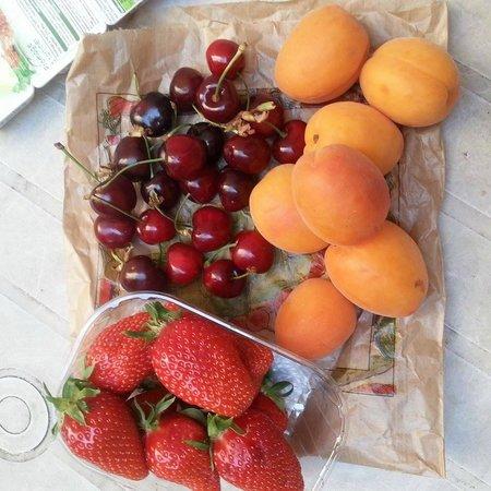 Rue Poncelet Market: Fresh fruit from the market