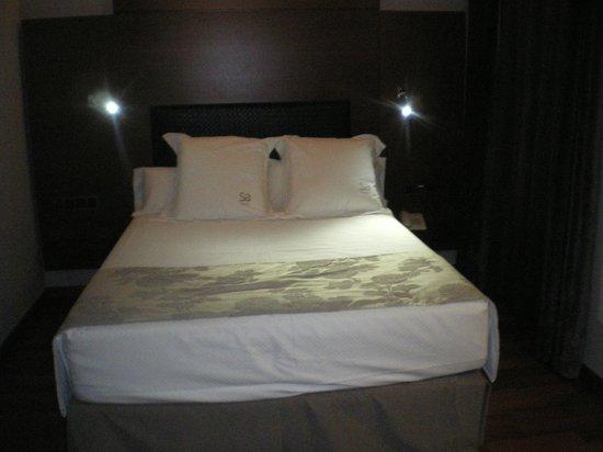 Hotel Sancho Abarca: Cama