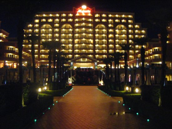 DIT Majestic Beach Resort: hotel at night
