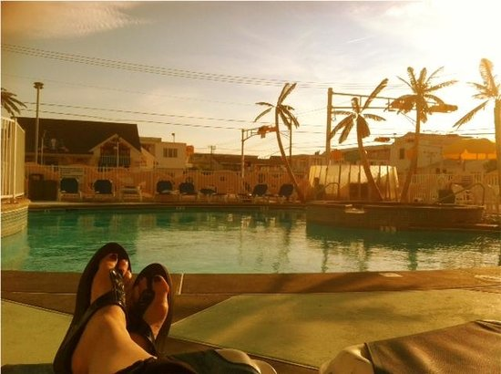 The StarLux Hotel & Suites : Sunset at the Pool