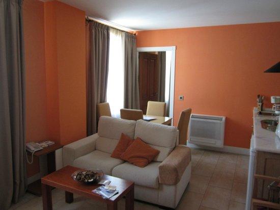 Aparthotel Capitolina: Salón-Cocina
