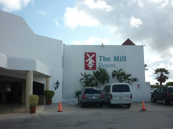 The Mill Resort & Suites Aruba: Entrada al hotel
