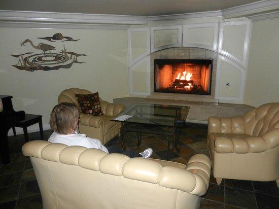 Inn at Morro Bay: Bar Fireplace (before remodel)