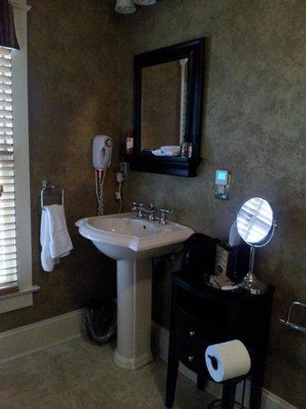 Inn at Kitchen Kettle Village: baño