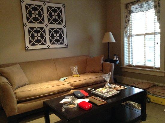 Inn at Kitchen Kettle Village: sofa dentro del dormitorio