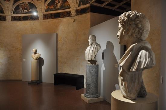 Castello di Stenico: Statue display
