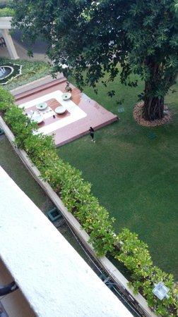Taj Samudra Colombo: Grest big grounds downstairs
