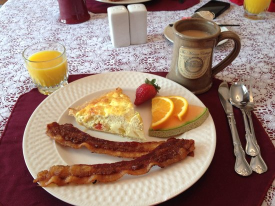 The Mason Cottage Bed & Breakfast Inn: Tomato quiche with bacon and fresh fruit for breakfast. Light and fluffy.