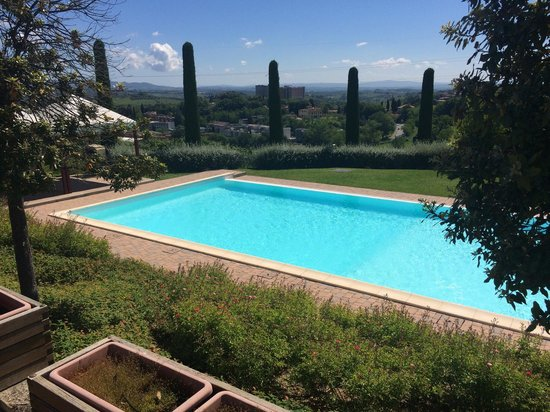 Sangallo Park Hotel: Piscina con ottima vista sulle campagne sienesi