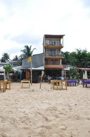 Upul's Guest House: Отель, вид с пляжа