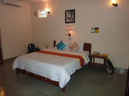 MotherHome Inn: Large bed
