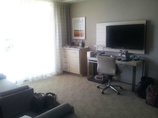 Kimpton Hotel Wilshire: Flat screen TV, desk and floor to ceiling windows.