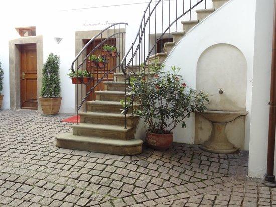 Golden Well Hotel : Courtyard