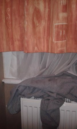 Newham Hotel: curtains didn't cover the window