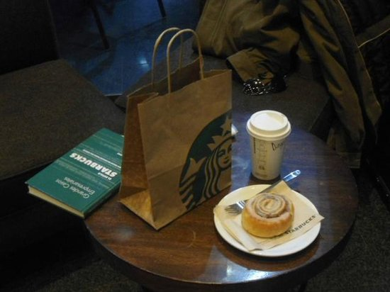 Starbucks: Caffé mocha y cinnamon roll.