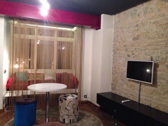 Nuru Ziya Suites : Tv e divano