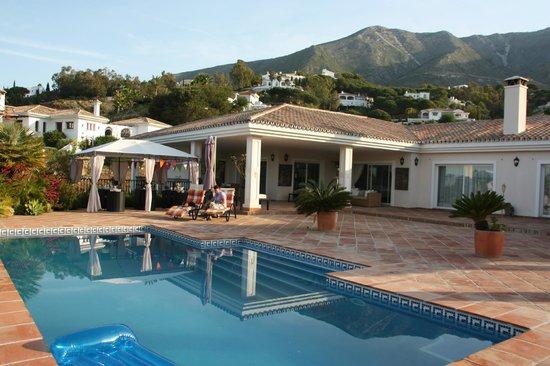 Casa Suenos Luxe Bed & Breakfast: Zwembad en terras