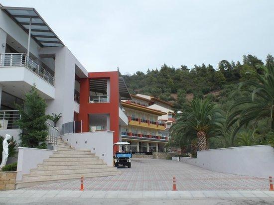 Lagomandra Hotel & Spa: Вид на Лагомандру (вход в отель и номера)