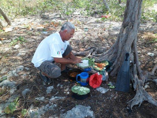 Hostal Mayito: Mayito preparando un delicioso almuerzo