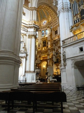 Cathedral and Royal Chapel : Altar with gold