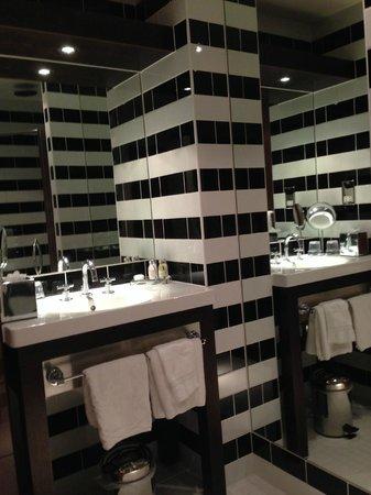 Mour Hotel: Bathroom