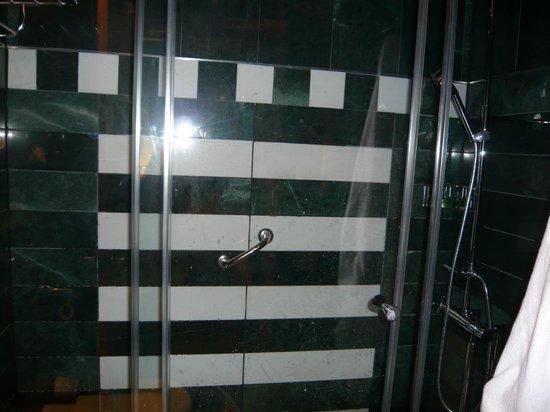 NH Collection Paseo del Prado : shower