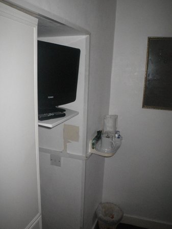Inglewood Seafront Hotel: Clever/good use of space with the T.V. tucked in a hole.
