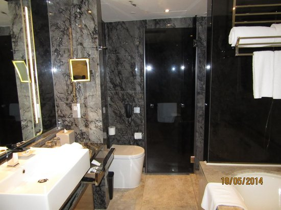 Royal Plaza Hotel: 綺麗で整った浴室