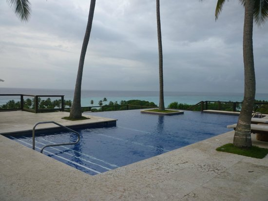 Casa Bonita Tropical Lodge: The infinity pool looking out to the ocean