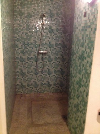 Le Combava: Room 4 shower