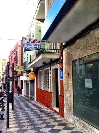 Lisboa Hostal: Front Entrance