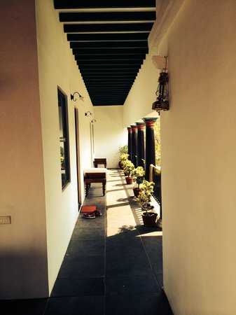 Anantha Heritage Hotel: The corridor outside our room