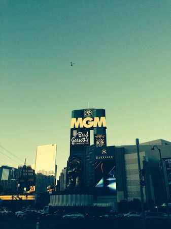MGM Grand Hotel and Casino : Outside at night