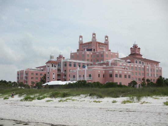 Loews Don CeSar Hotel: View of the hotel from the beach